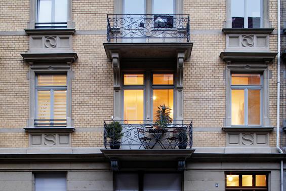 Selbst denkmalgeschützte Altbauten und Mehrfamilienhäuser lassen sich auf Niedrigenergiestandard modernisieren.  Foto: djd/Deutsche Energie-Agentur