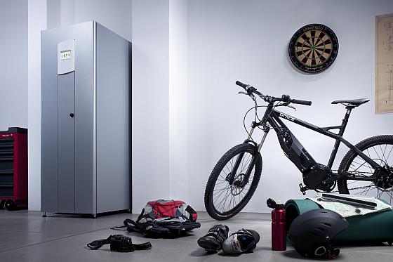 Das Solarspeichersystem von Bosch (hier der VS5 Hybrid) ist in einem eleganten Schrank untergebracht, der gut in den Hausgeräteraum oder die Garage passt. (Foto: Bosch Powertec)