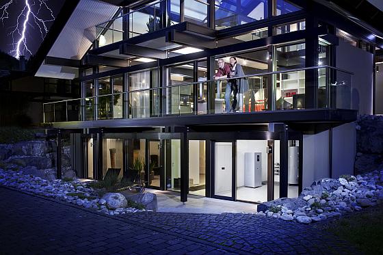 Mit Solar Speichersystemen, wie zum Beispiel dem BPT-S 5 Hybrid von Bosch macht man das eigene Haus unabhängig von der öffentlichen Stromversorgung.
